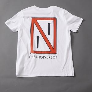 Das T-Shirt mit dem Schifffahrtszeichen Überholverbot