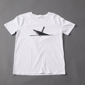 Ahoi Plünn T-Shirt in weiß mit dem Seezeichen 'Wrack' in schwarz von vorne