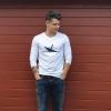 Max trägt unser Ahoi Plünn Longsleeve mit dem Seezeichen 'Wrack'
