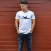 Max trägt das T-Shirt von Ahoi Plünn mit dem Seeschifffahrtszeichen Wrack