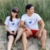 Max und Marlene tragen das T-Shirt Vogelschutzgebiet am Meer.