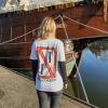 Lea trägt das Ahoi Plünn T-Shirt mit dem Schifffahrtszeichen 'Überholverbot'