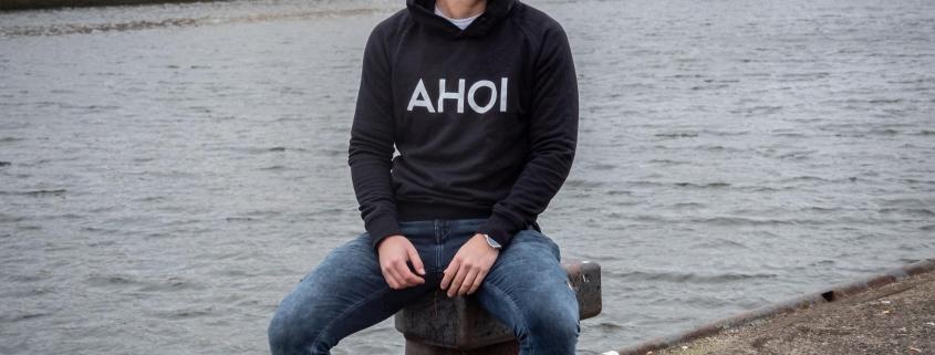 Max trägt den Hoodie mit dem Schriftzug 'Ahoi' an der Trave in lübeck
