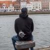 Max mit dem Ahoi Plünn Hoodie an der Trave in Lübeck!