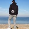 Max zeigt den Ahoi Plünn Hoodie in schwarz an der Ostsee