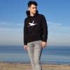 Max trägt den Ahoi Plünn Hoodie mit dem Seezeichen 'Wrack' an der Ostsee