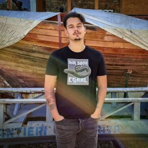 Max am Peuter Elbdeich mit dem Angelshirt von Ahoi Plünn 'Mir doch egAal'