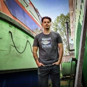 Max trägt das Ahoi Plünn Fishing Shirt 'Brassen Patient' ,front in grau