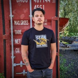Max auf dem Peuter Elbdeich mit dem Fishing Shirt 'Stör mich nicht'