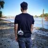 Max an der Elbe in Hamburg mit unserem Ahoi Plünn T-Shirt 'Wrack' von hinten