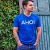Max mit dem T-Shirt AHOI im Garten