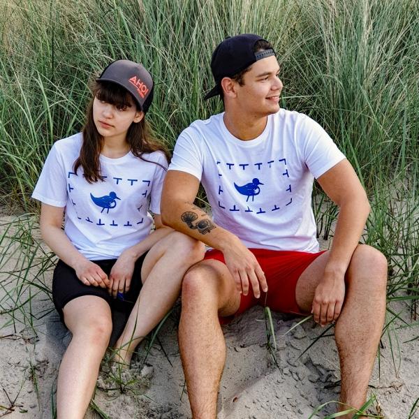 Max und Marlene in unseren T-Shirts Vogelschutzgebiet im Schilf an der Ostsee