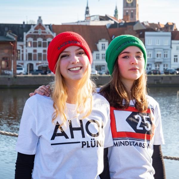 Lea und Marlene in Ahoi Plünn T-Shirts an der Trave in Lübeck