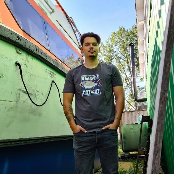 Max mit dem Fishing Shirt Brassen Patient zwischen den Booten
