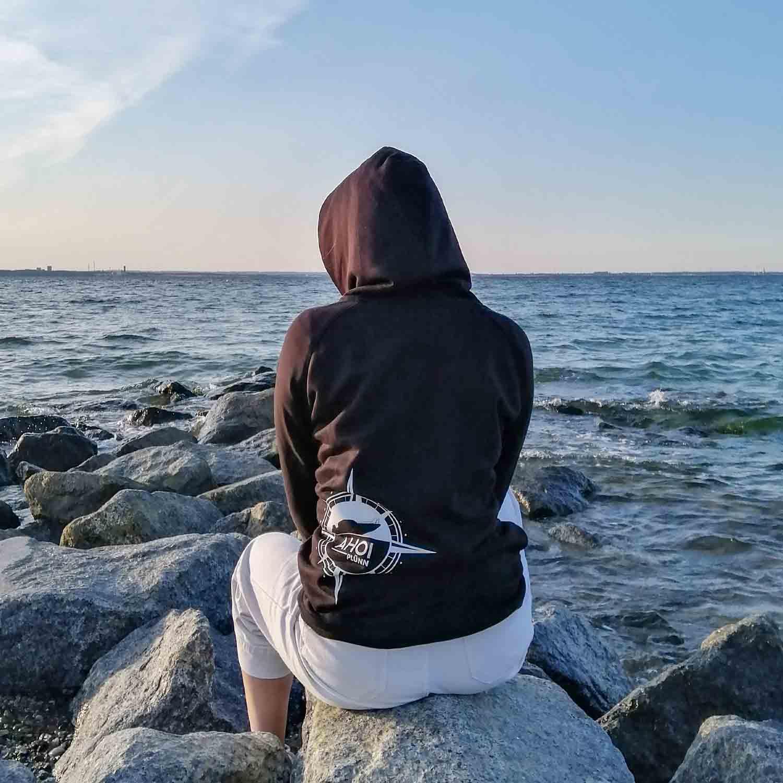 Mit dem Ahoi Hoodie am Meer